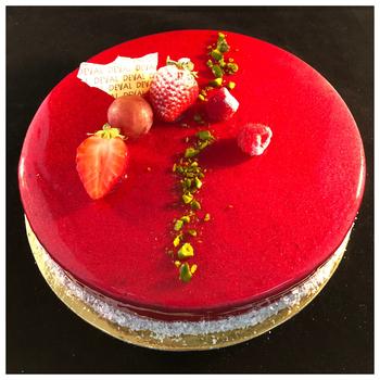 Entremet Fraisier mousseline légère à la fraise, génoise, décor pâte d'amande ou glaçage fraise
